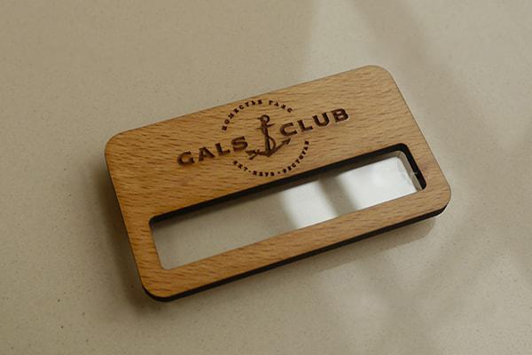 Закзать деревянный бейдж с гравировкой в Uslugi4u